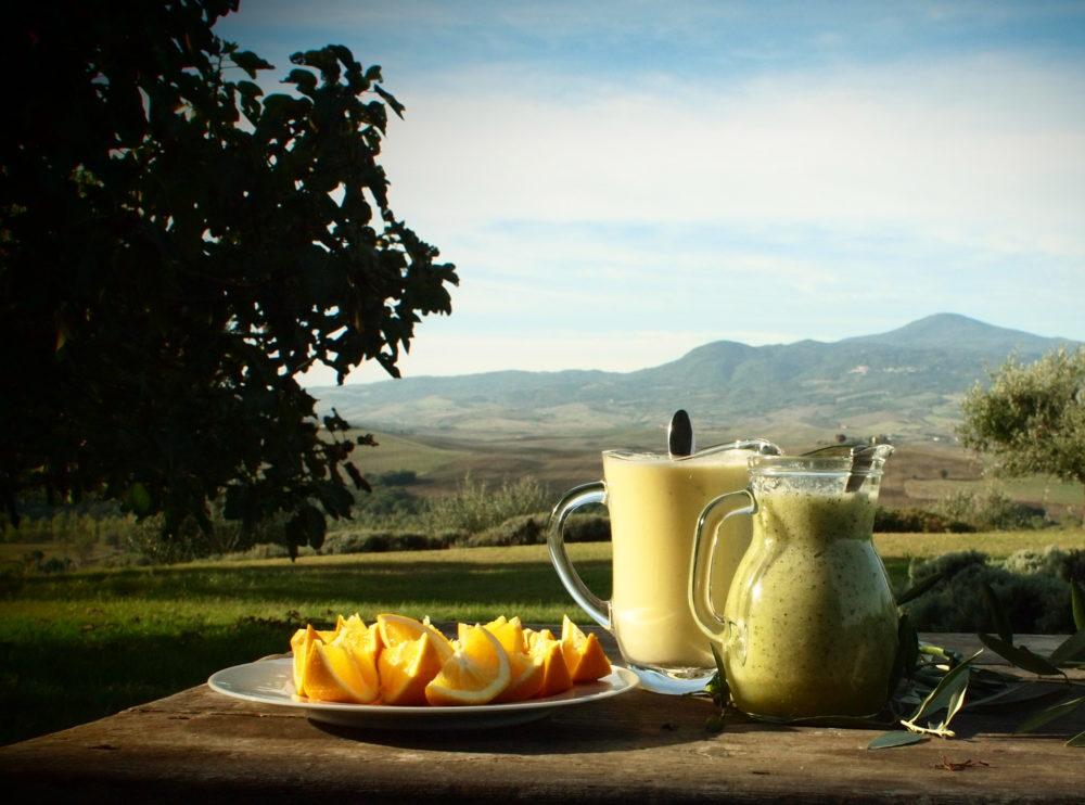 To mugger smoothie med spinat og appelsin ute i Toscana