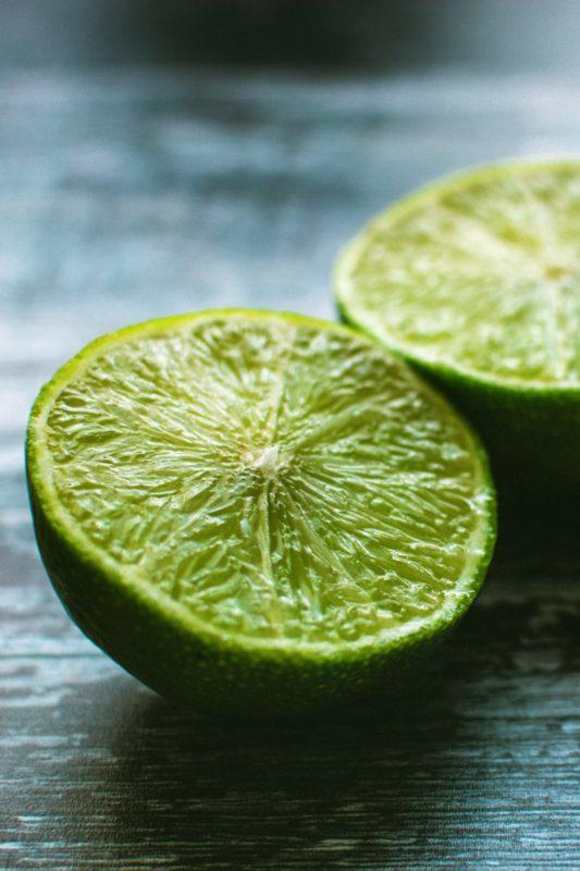 Halve grønne lime på benk