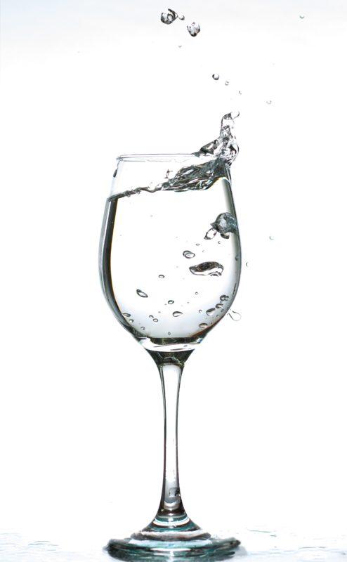 Vinglass med vann bobler