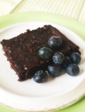 Brownie kakestykke på tallerken med blåbær innendørs