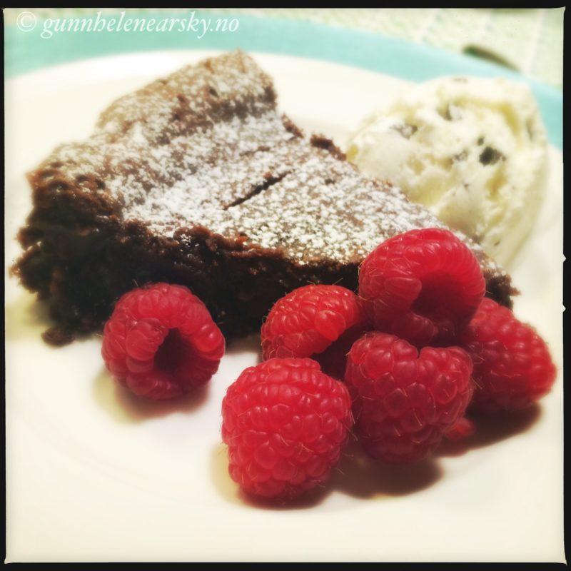 Sjokoladekake brownie med melisdryss og friske bringebær