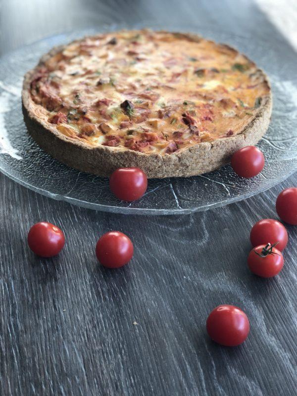 Vegetarpai med tomat og sellerirot cherrytomater på bordet