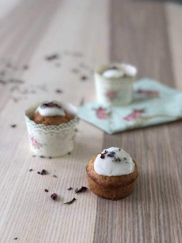 Muffins eller cupcakes med lavendel og rose på bord