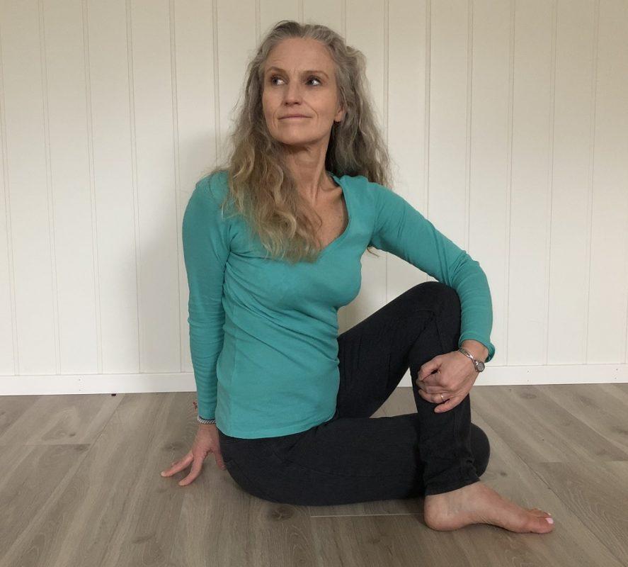 yoga twist ardha matsiyendrasana rotasjon yogastilling innendørs