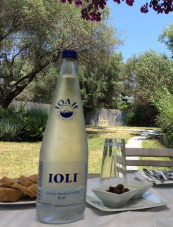 Vannflaske på bord i hellas middelhavsdiett alzheimers