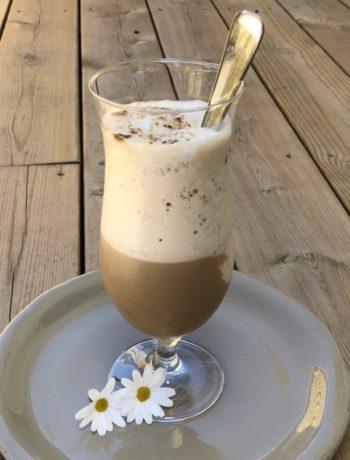 Iskaffe eller frappé i høyt glass med prestekrager