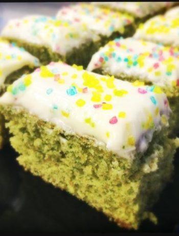 Grønn spinatkake med ostekrem og kakepynt