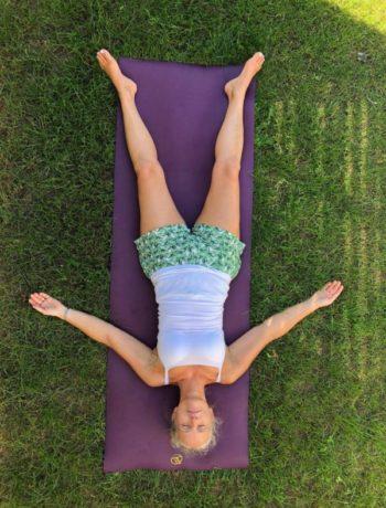 Yoga nidra savasana yogamatte kvinne utendørs