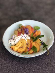 Tallerken med cottage cheese, nektarin, lavendel, mynte og chiafrø