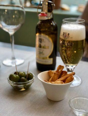 Øl og salte oliven og pommes frites