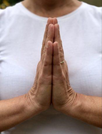 Hender i namaste yogahilsen foran brystet