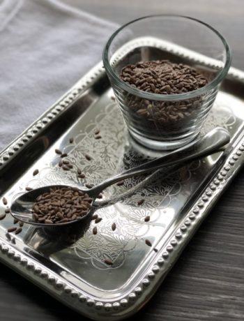 Linfrø på skje og i glass på sølvfat