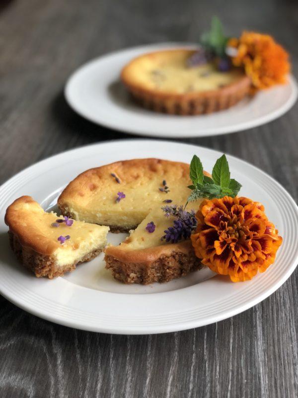 To ostekaker på tallerken med blomster innendørs