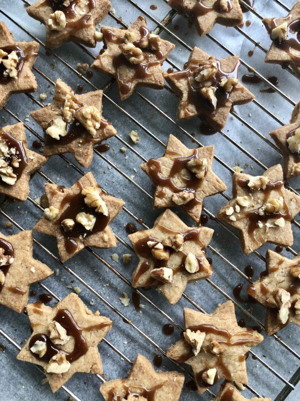 Chai cookies krydderkaker stjerner med karamell og valnøtter innendørs