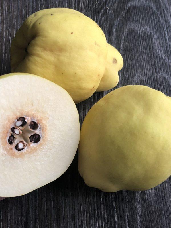 To hel kvede og halv kvede på benk innendørs frukt