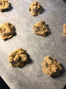 Diggekaker rå kakedeig på stekebrett Gunn Helene Arsky