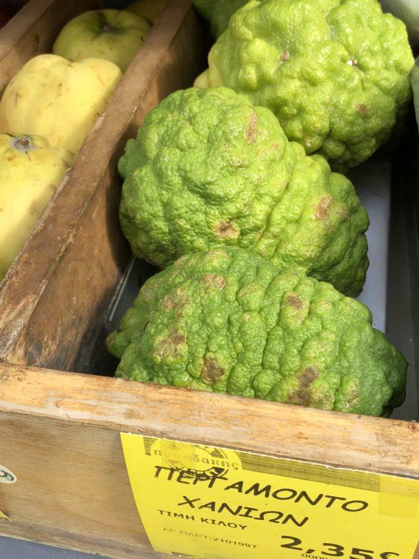 Tre hele bergamott frukter i kasse utendørs