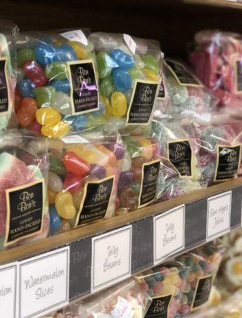 Fargerike godteri poser pakket i hylle innendørs