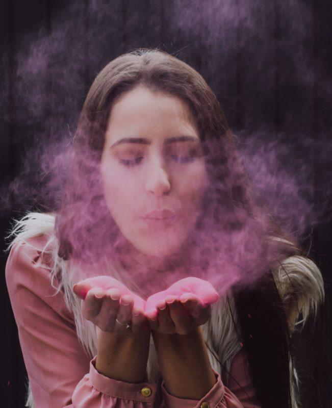 kvinne med røyksky foran munnen dårlig ånde