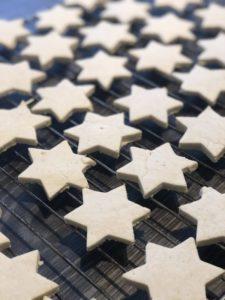 Småkaker stjerner på rist innendørs