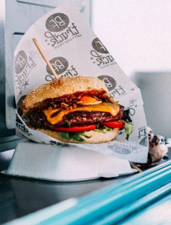 Hamburger i papir fast food utendørs