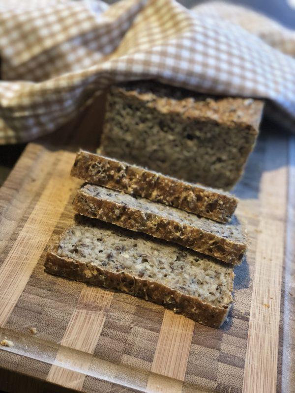 Grovbrød brød skiver på fjøl håndkle innendørs