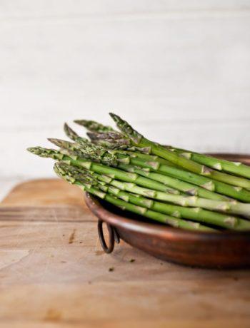 Grønn asparges på fat innendørs klorofyll