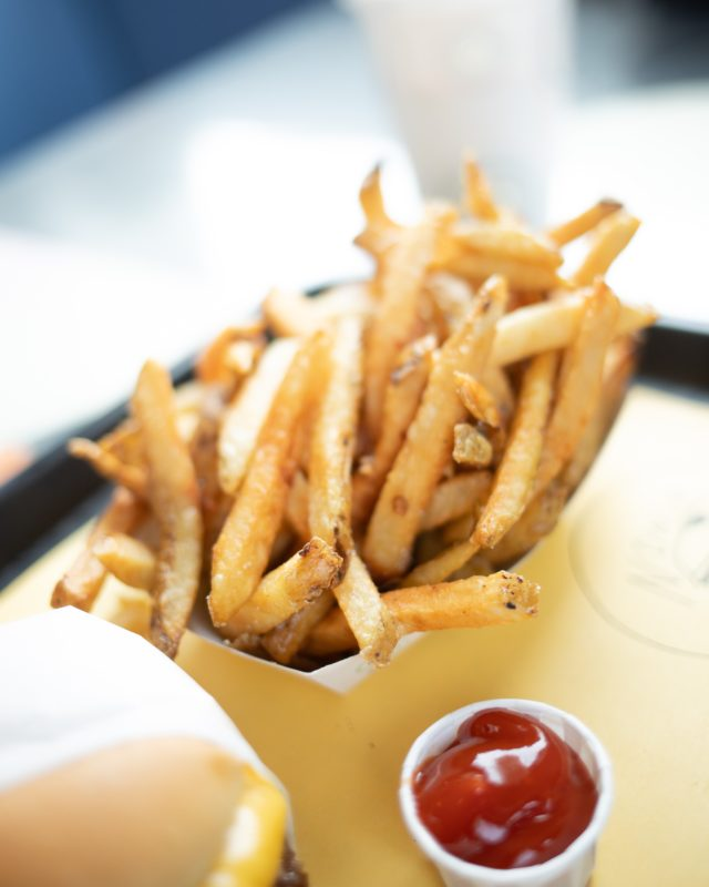 Pommes frites i pappbeger med ketsjup innendørs