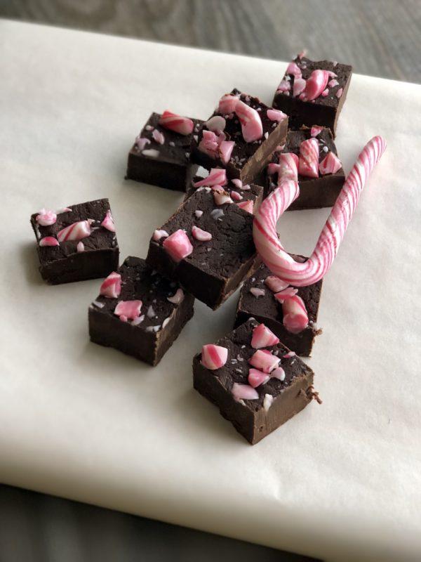 Sjokoladefudge sjokolade konfekt biter med peppermyntestang innendørs