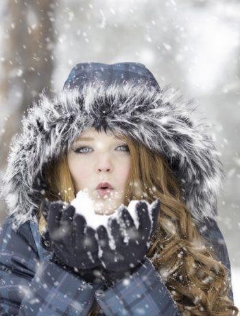 Kvinne utendørs vinter sne vinterjakke