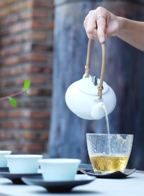 Tekanne tevann helle te i glasskopp utendørs