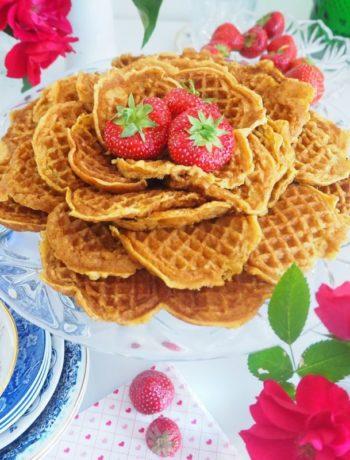 Speltvafler på fat med jordbær og roser