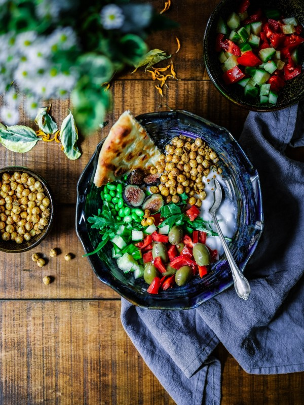 Bord med vegan mat i bolle innendørs