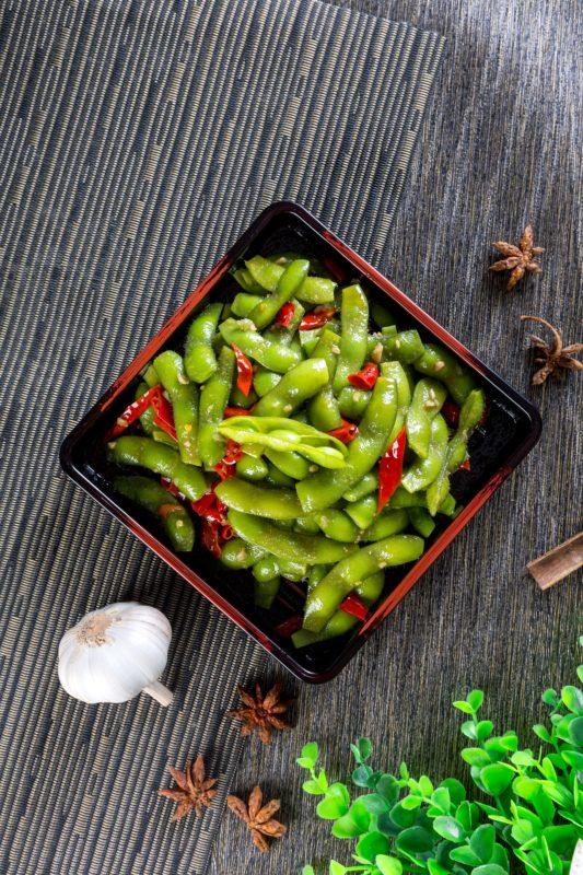 Grønne bønner edamame i skål på benk