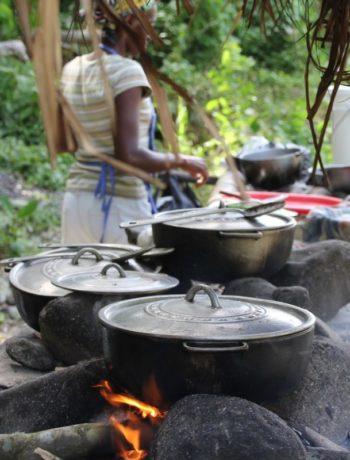 Jamaica kvinnelig kokk utendørs gryter