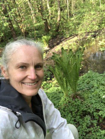 Strutseving bregne og Gunn Helene Arsky ute i skogen
