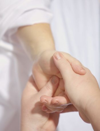 Hånd som masserer hånd