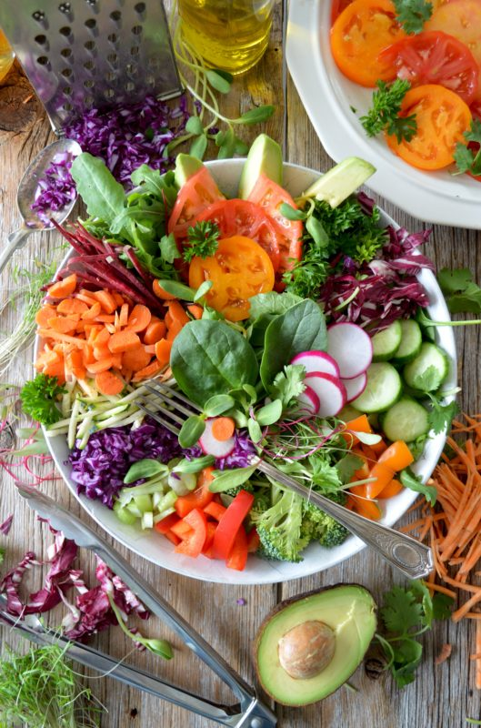 Vegansk grønnsakbolle salat grønt orransje råkost