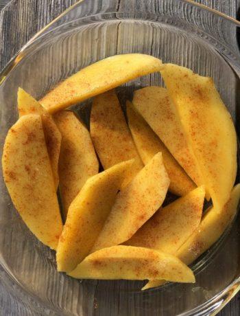 Mangobåter i bolle med chili innendørs