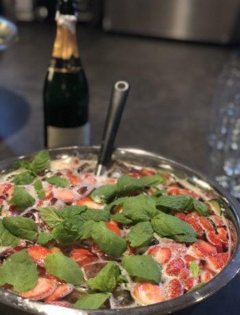 Sommerdrikk jordbær agurk mynte i bolle med øse