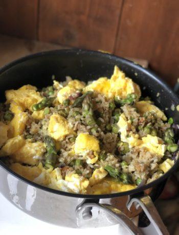 Kinesisk stekt ris egg fried rice med biter av eggerøre