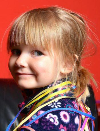 Barnehage barn jente fargerike klær