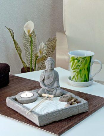 Buddha og tekopp innendørs