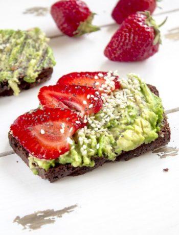 Brødskive med avokado og jordbær