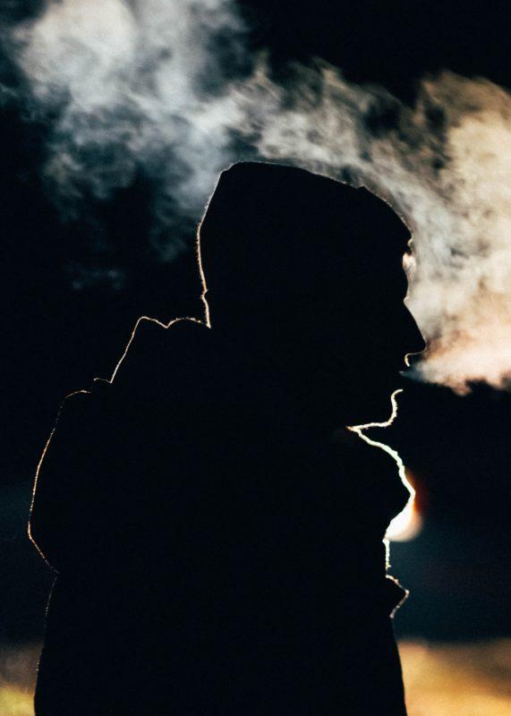 Mann silhuett sigarettrøyk kols