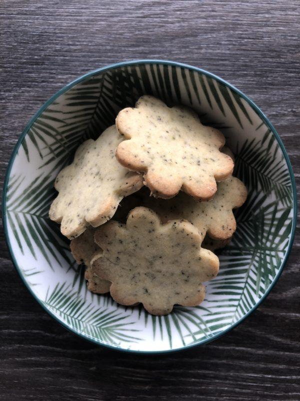 Blomsterformede cookies i skål innendørs