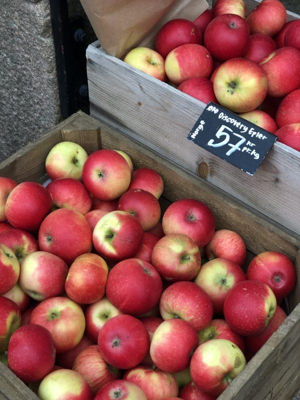 Epler i kasse utendørs