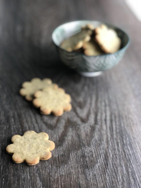 Cookies i skål og på benk