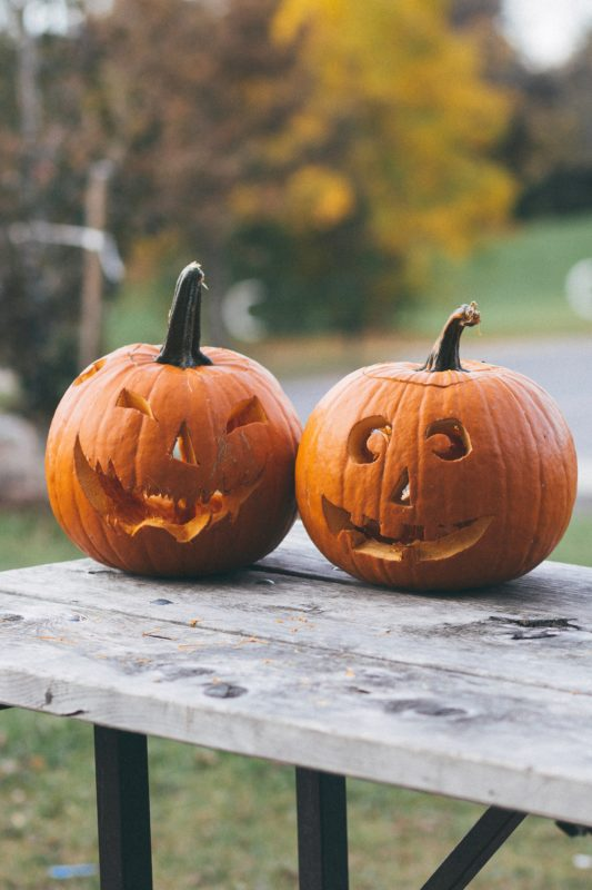 To utskårne gresskar til Halloween
