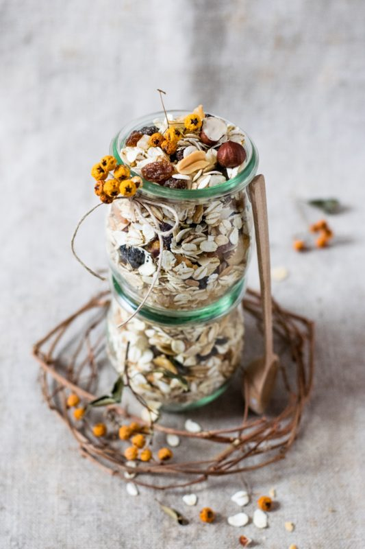 müsli i glass dekorert med blomst